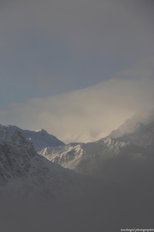 La brume s'élève au-dessus des montagnes