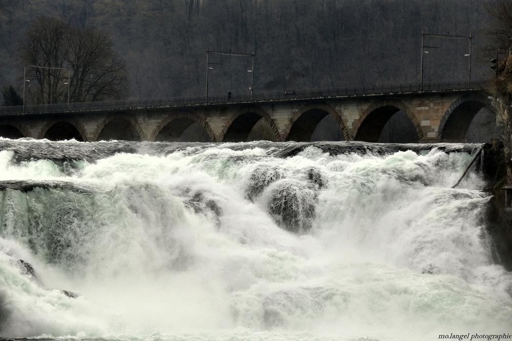 Le pont sur les chutes