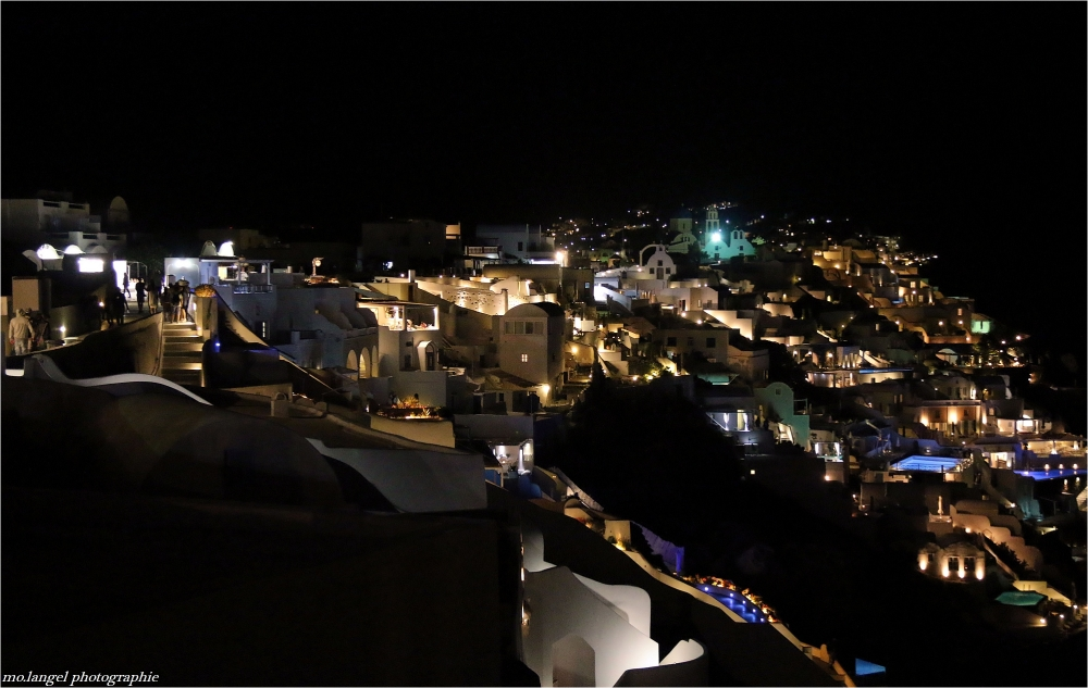 La ville blanche qui prend des couleurs la nuit