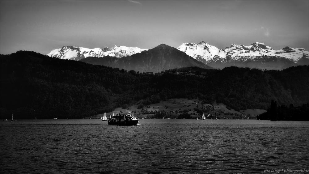 Le lac au pied des montagnes
