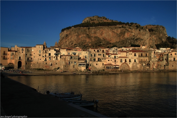 Le village au bord de la mer