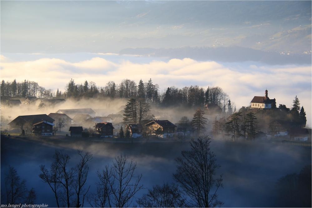 Le village perché dans les nuages