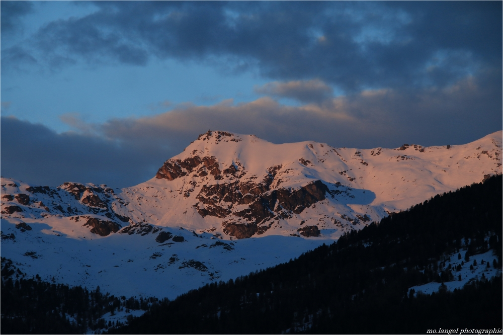 Le soleil se couche en montagne