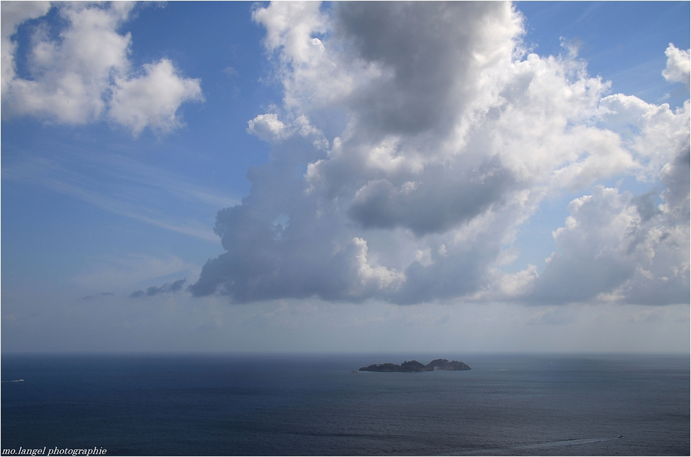Une île entre le ciel et l