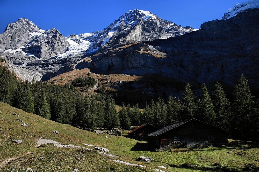 Les chalets au pied de la montagne
