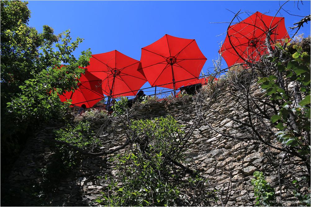 Les parasols rouges