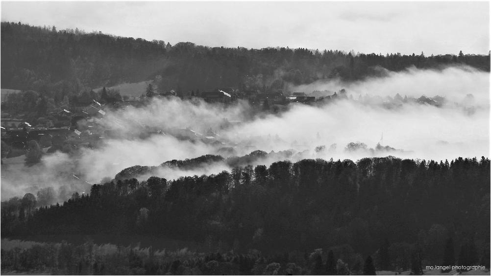 Le village sous la brume