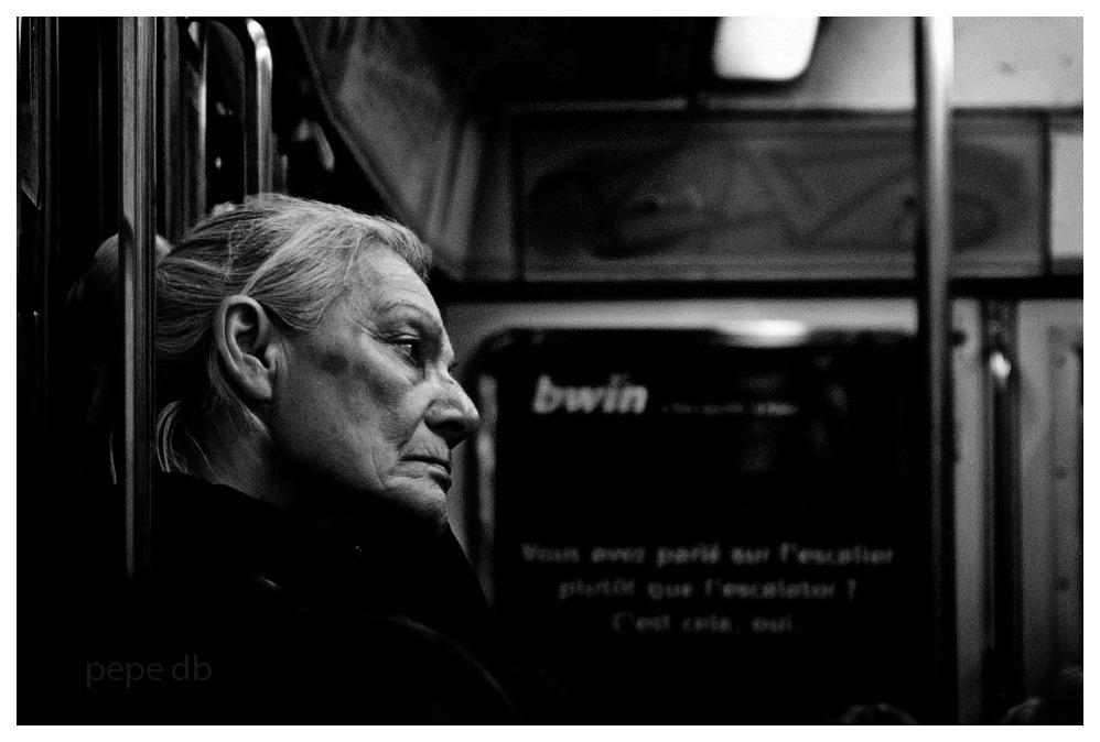 Dona en el metro