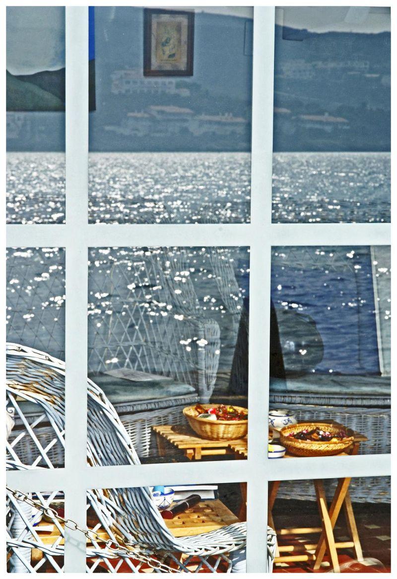 reflejo del mar en una ventana