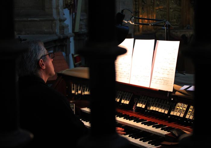 Cura tocando organo