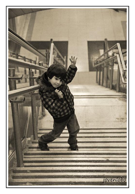 Niño-Posando-Bailando