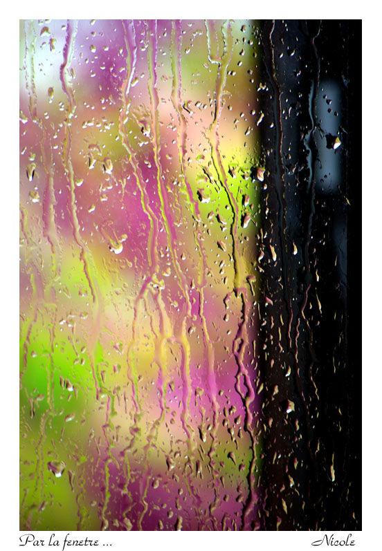 Pluie printanière sur la vitre du bureau