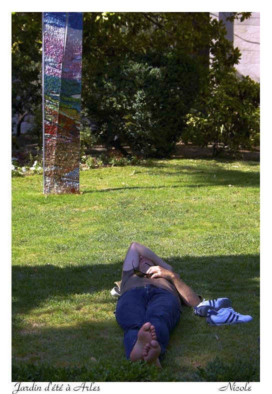 Sieste dans le jardin d'été en Arles