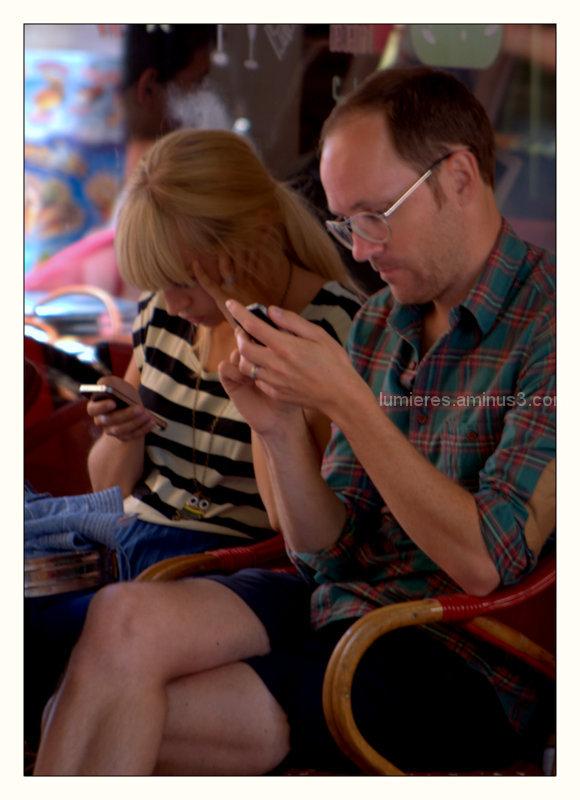 Ménage à 3: Elle , Lui et ... leurs smartphones