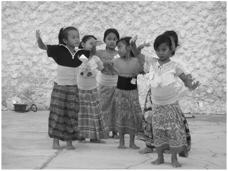 balinese children dance practice