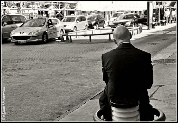 Hésitation* à la station de taxi de la Vie