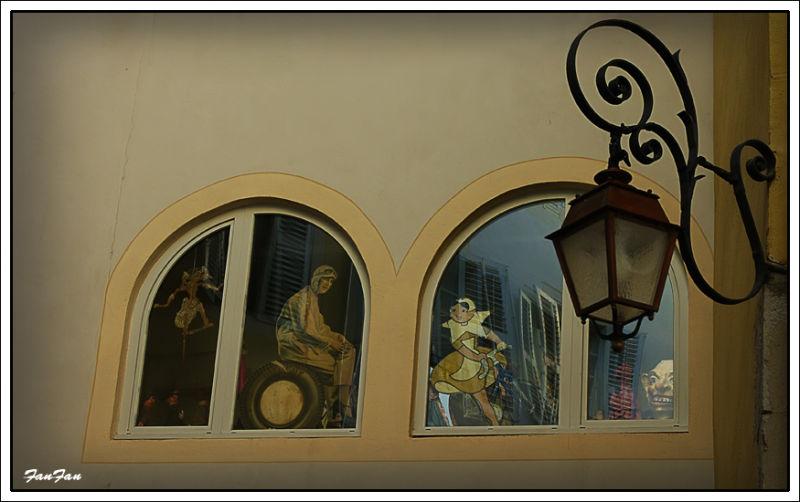 reflet sur une vitre de vieil immeuble à Chambéry