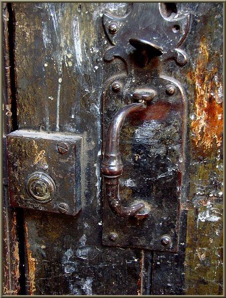 une ancienne porte à la serrure usée.