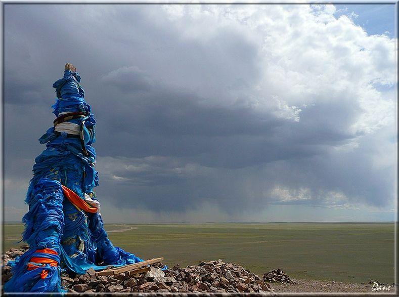 Ovoo sur le ciel menaçant de Mongolie