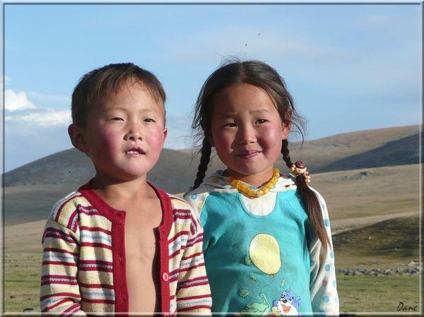 Jeunes enfants de Mongolie dans les montagnes..