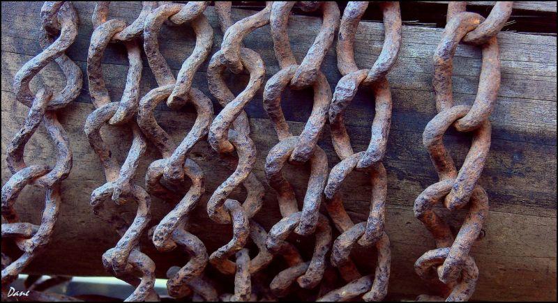 des chaînes sur la margelle d'un puits