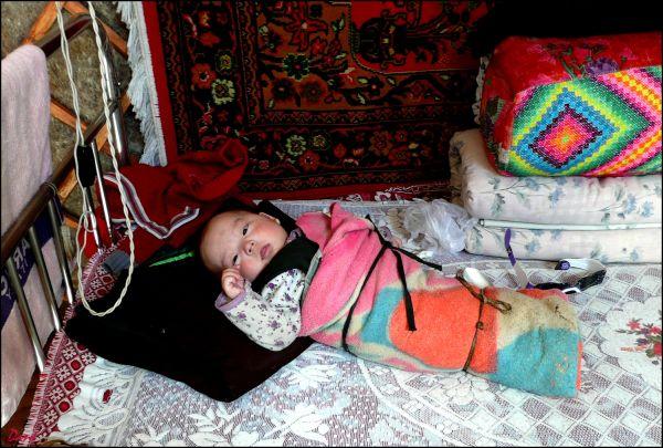 Une halte dans une yourte et le bébé couleur ...
