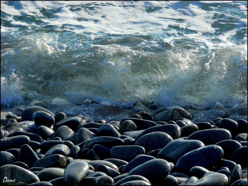 la mer sans arrêt...  battait les galets ...