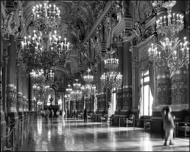 Une galerie de l'opéra Garnier à Paris.