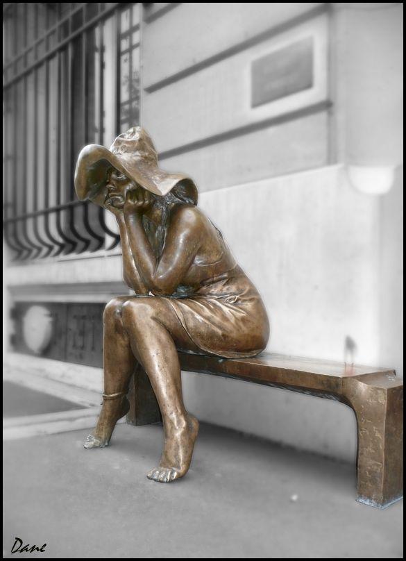 En attendant ..sur le banc.. rue Bonaparte..