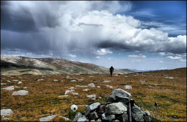 Au sommet du col, les nuages courent avec le vent.