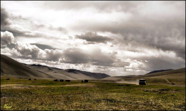 La vallée s'étire entre les montagne..