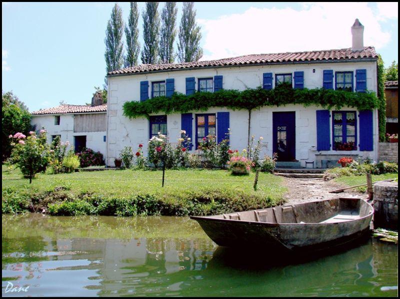c'est une maison bleue ..