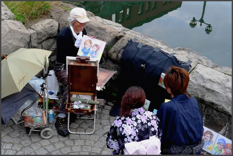 The painter who draws a comical portrait .