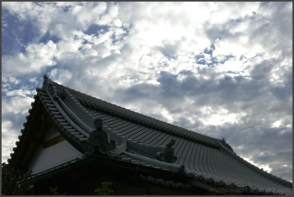 A roof and the sky of the temple