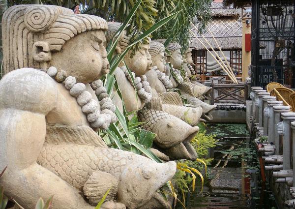 Isdaan Statues