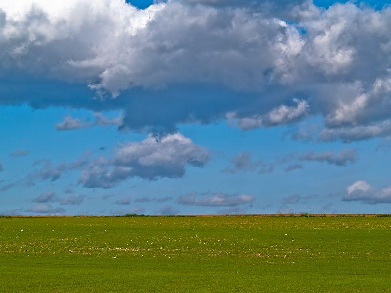 Campo, cielo y nubes