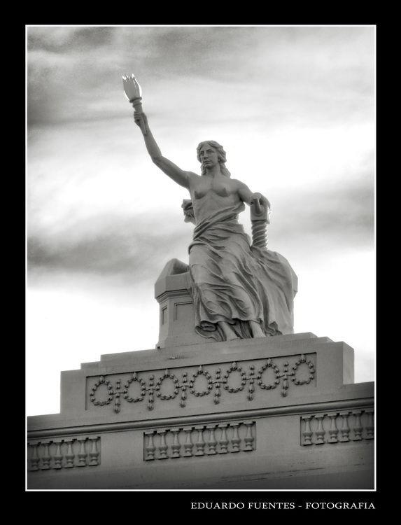 """Estatua en el ex edificio de """"La Nueva Provincia"""""""