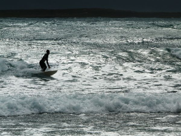 Surfista surfeando en Menorca