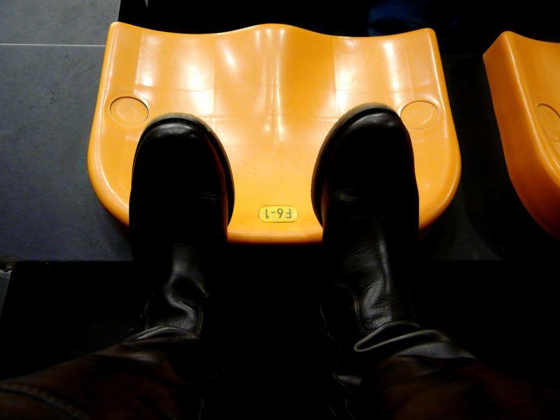 Zapatos sobre asiento del pabellón del Menorca