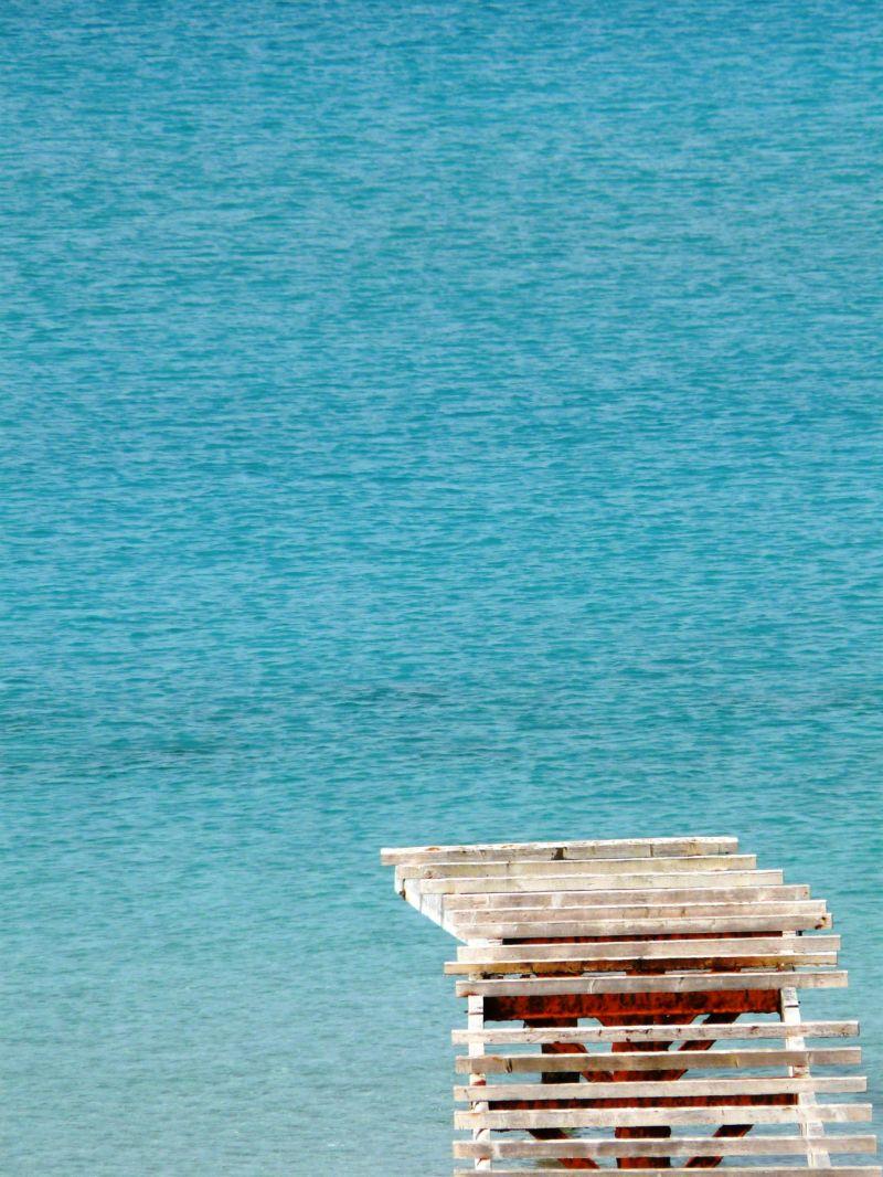 Trampolín sobre agua azul en formentera