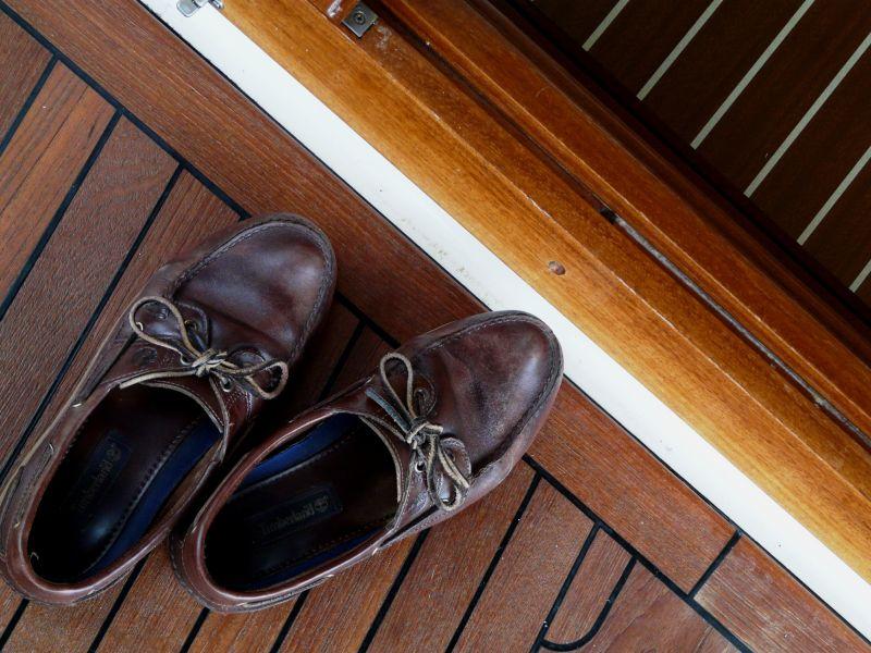 Zapatos nauticos en cubierta de barco de teca