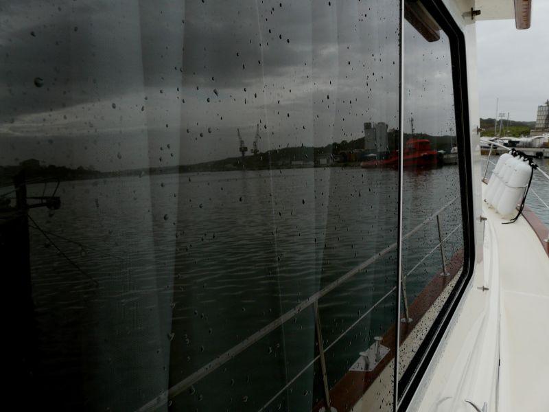 Reflejo en ventana de barco del puerto de Mahón