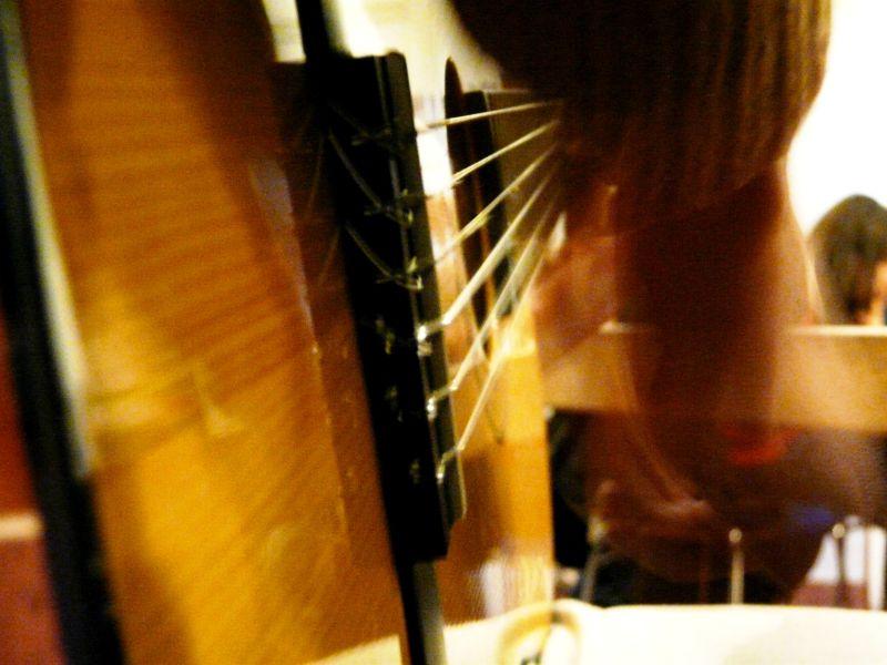 Primer plano de mano tocando guitarra española