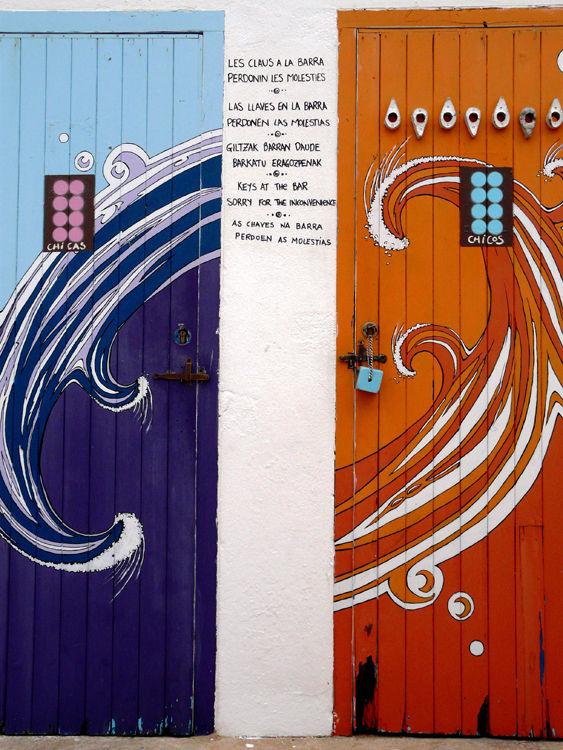 Puertas de acceso a los baños de chicos y chicas