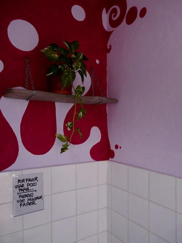 Cartel en cuarto de baño para usar poco papel