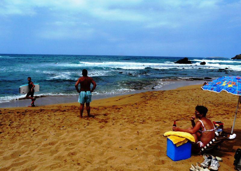 Escena familiar en playa de cavalleria, menorca
