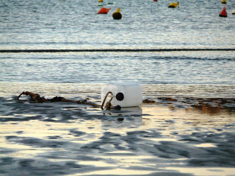 Boya en playa seca