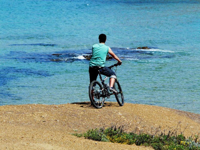 Cicho en bicicleta mirando paisaje
