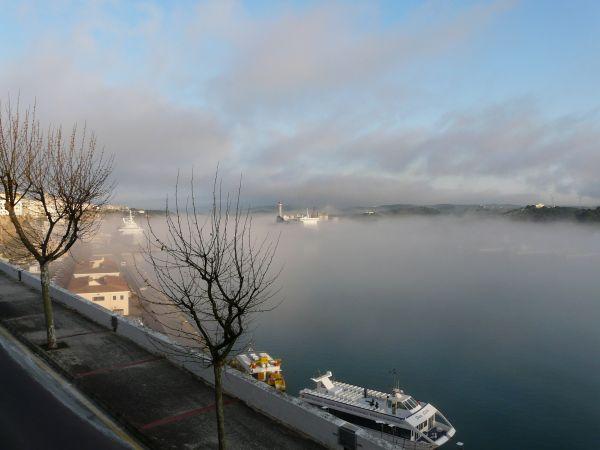 Niebla en el puerto de mahón de menorca