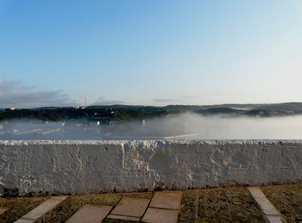 Puerto de Mahón con niebla